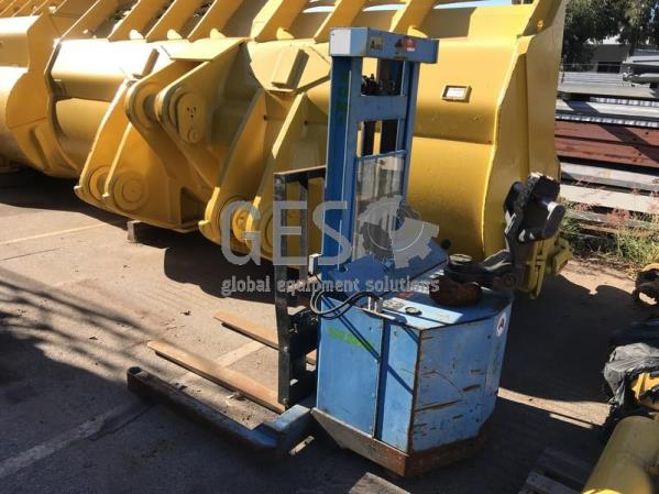 Sumi MPS1.5-2.5 Electric Straddle Stacker
