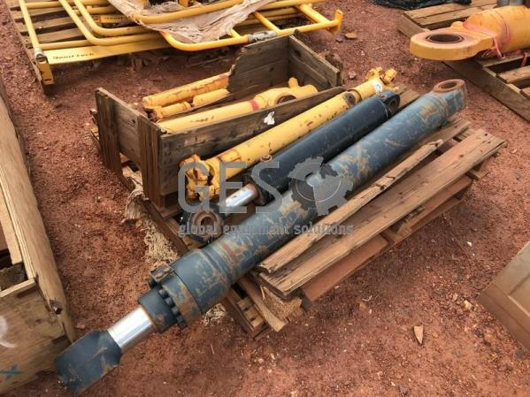 Caterpillar Pallet Cylinders, Accumulator & Drive Shafts As Is to suit 740 x 4